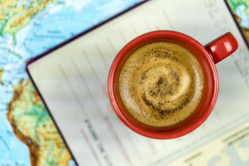Свеже заваренные кофе и пасспорт на карте стоковые изображения rf