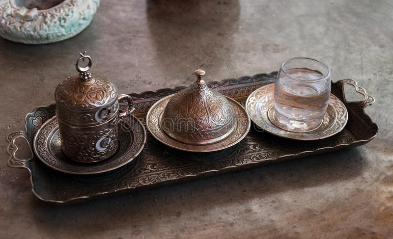Свеже заваренный кофе кофе на Ближнем Востоке традиционный в Турции стоковые изображения rf