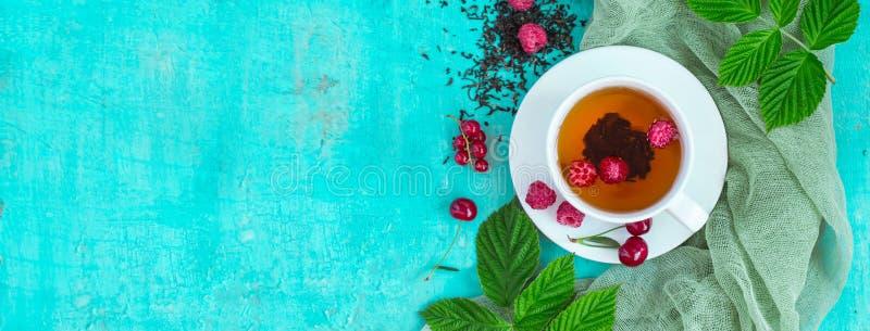 Свеже заваренный чай с ягодами лета зрелыми Взгляд сверху, формат знамени стоковые изображения rf
