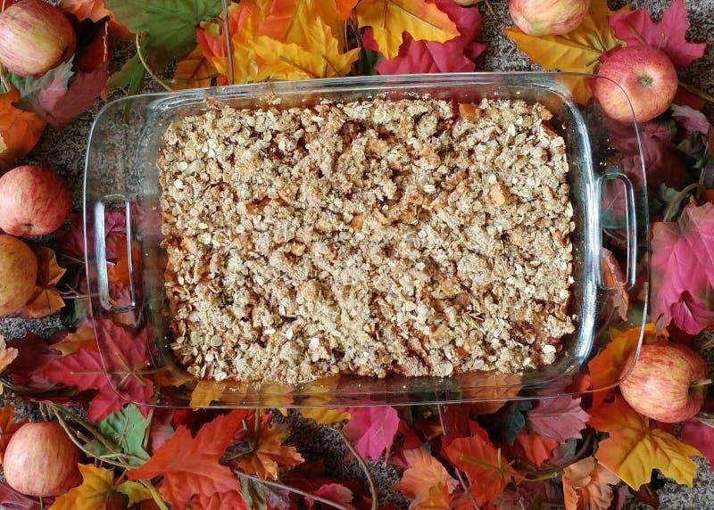 Свеже испеченная хрустящая корочка Яблока окруженная листьями стоковые изображения rf