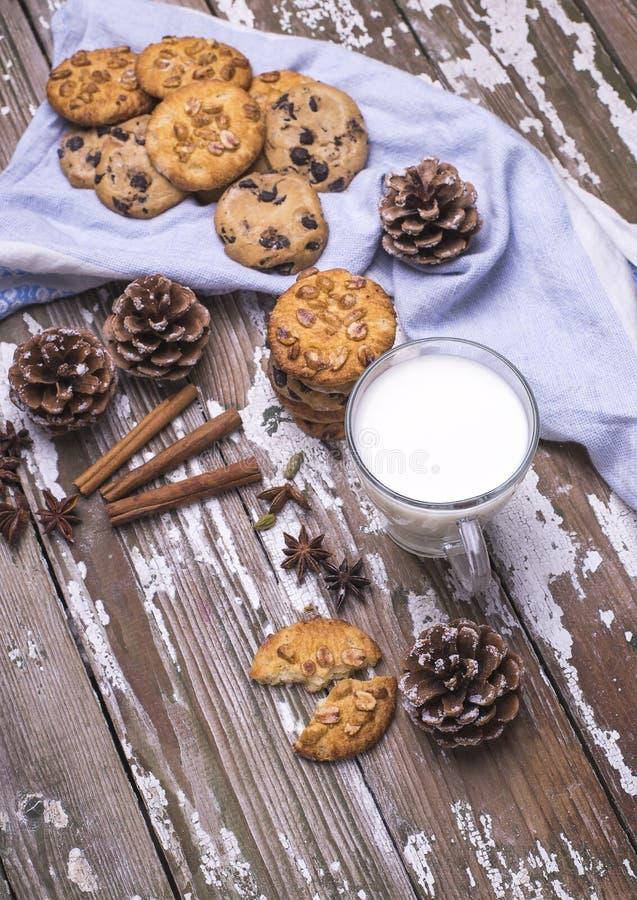 Свеже испеченные естественные печенья для Санты с чашкой молока на деревянном столе стоковые фотографии rf