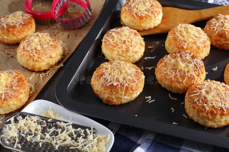 Свеже испеченные очень вкусные горячие английские scones стоковое фото rf