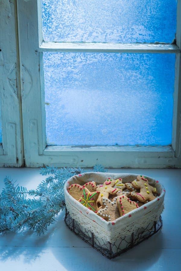 Свеже испеченные печенья на белой таблице с голубым окном для рождества стоковые изображения rf