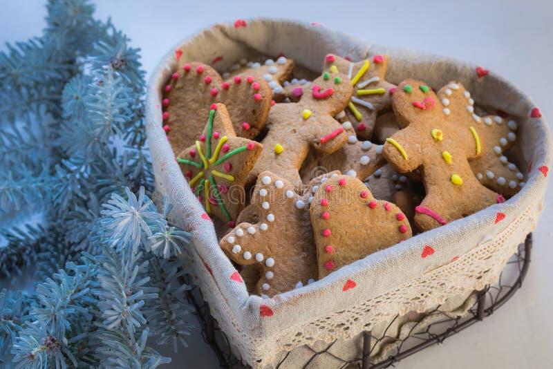 Свеже испеченные печенья рождества на белой таблице с голубым окном стоковые изображения rf