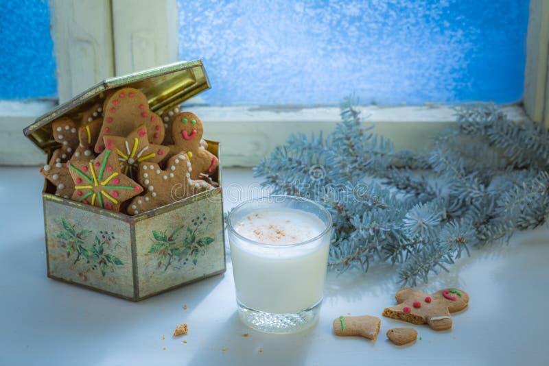 Свеже испеченные печенья с молоком на белой таблице для рождества стоковое изображение rf