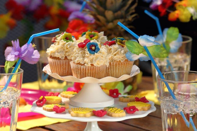Свеже испеченные тропические булочки с ананасом и кокосом стоковая фотография rf