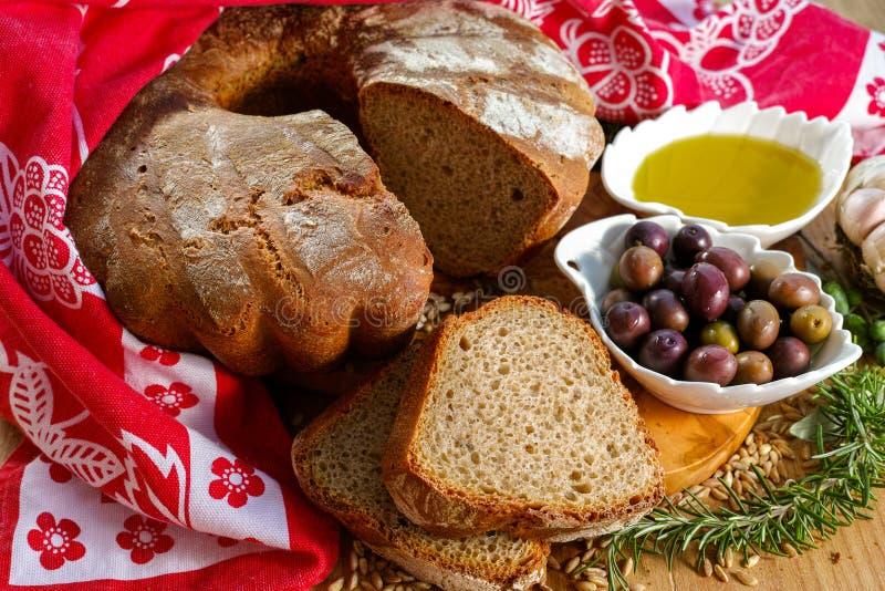 Свеже испеченный домодельный sourdough сказал хлеб по буквам, дополнительную виргинскую оливку стоковая фотография rf