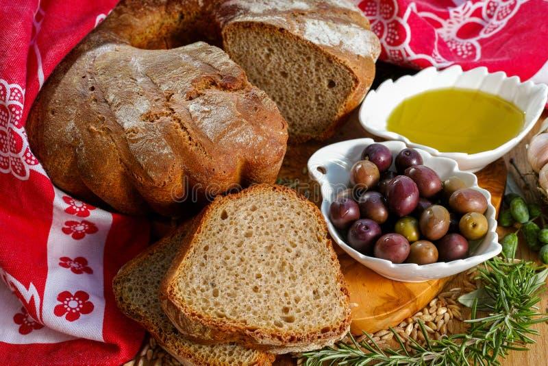 Свеже испеченный домодельный sourdough сказал хлеб по буквам, дополнительную виргинскую оливку стоковое изображение
