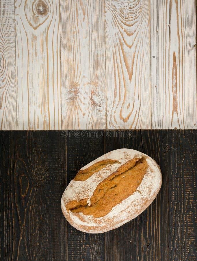 Свеже испеченный традиционный хлеб на деревенской предпосылке стоковое фото rf