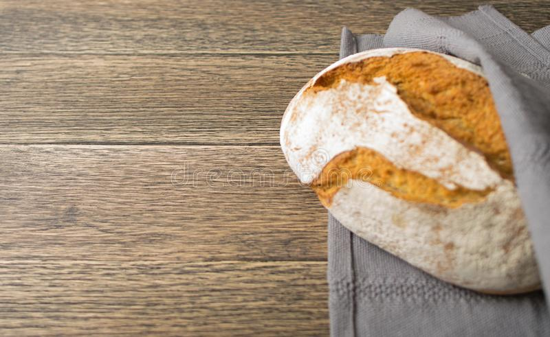 Свеже испеченный традиционный хлеб на деревенской предпосылке стоковые изображения