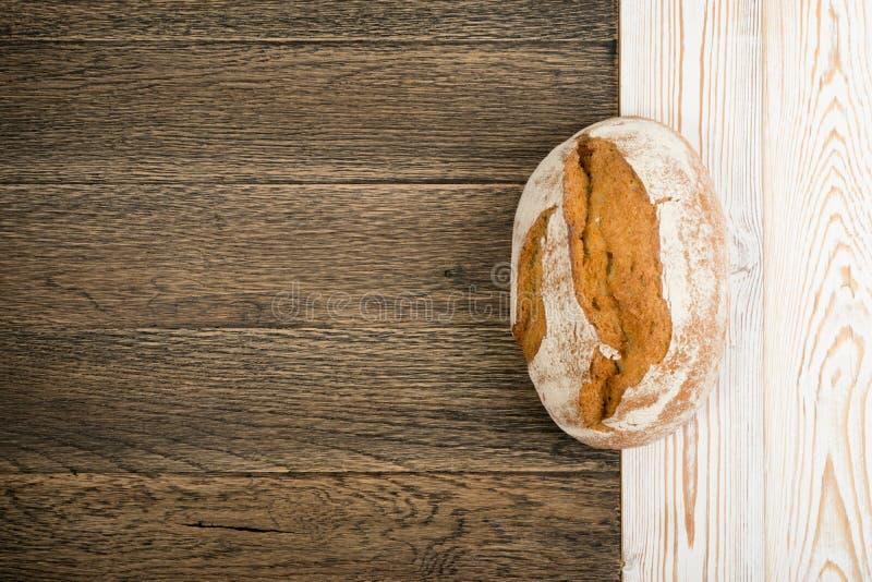 Свеже испеченный традиционный хлеб на деревенской предпосылке стоковые фото