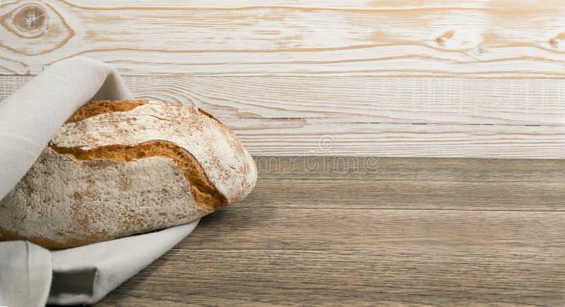 Свеже испеченный традиционный хлеб на деревенской предпосылке стоковые изображения rf