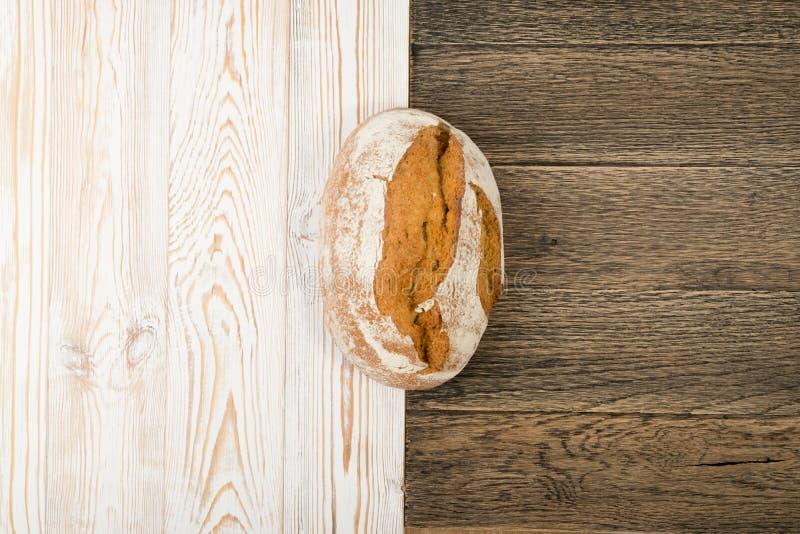 Свеже испеченный традиционный хлеб на деревенской предпосылке стоковые фотографии rf