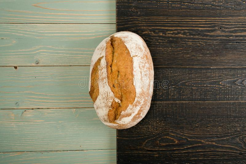 Свеже испеченный традиционный хлеб на деревенской предпосылке стоковое фото