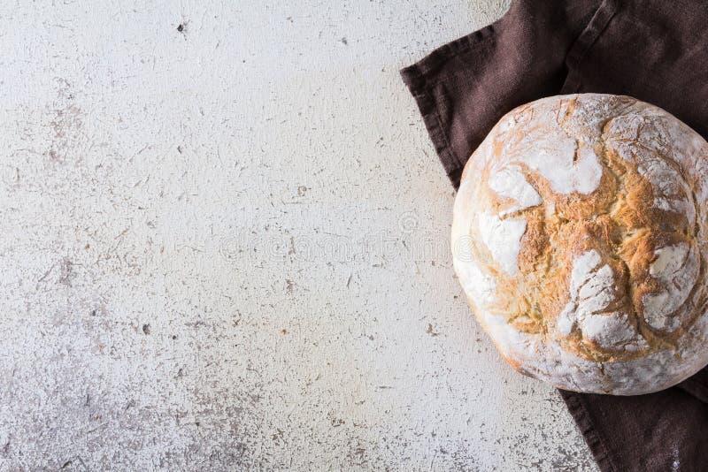 Свеже испеченный традиционный хлеб на белой деревенской предпосылке стоковое изображение