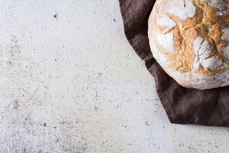 Свеже испеченный традиционный хлеб на белой деревенской предпосылке стоковые фотографии rf