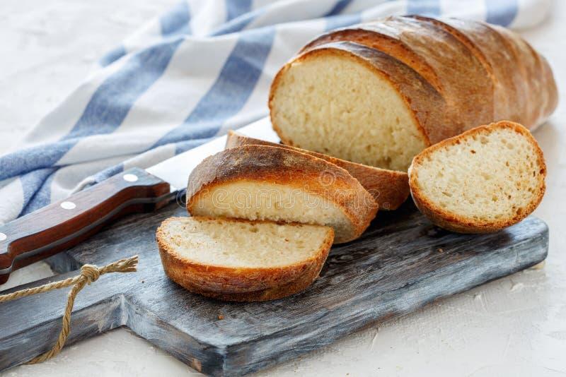 Свеже испеченный хлебец отрезал в куски стоковая фотография