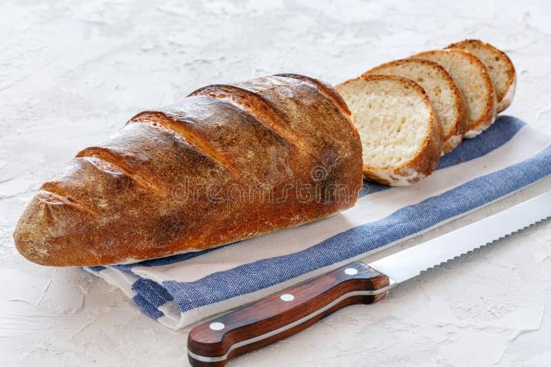 Свеже испеченный хлебец отрезал в куски стоковые фото