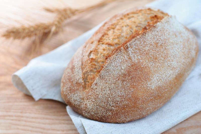 Свеже испеченный хлебец традиционного хлеба на деревянной предпосылке, cl стоковые изображения rf