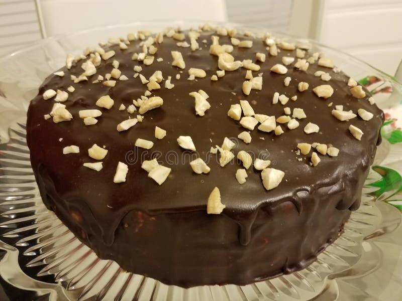Свеже испеченный шоколадный торт с гайками стоковое изображение rf