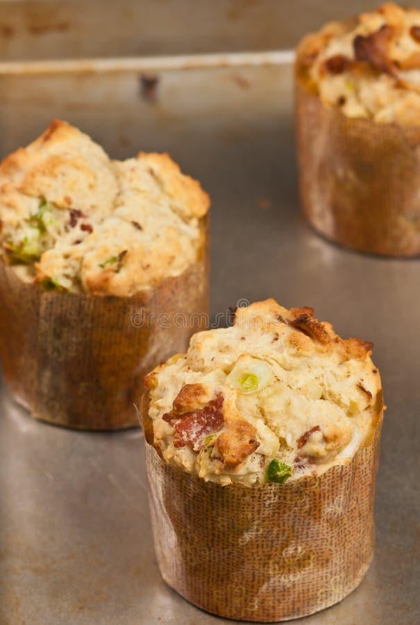3, свеже испеченных, домодельных бекон сладостных мозоли и булочки jalapeño стоковое изображение rf