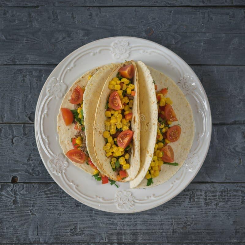 Свеже подготовленные мексиканские тако на плите на деревенской таблице стоковое фото