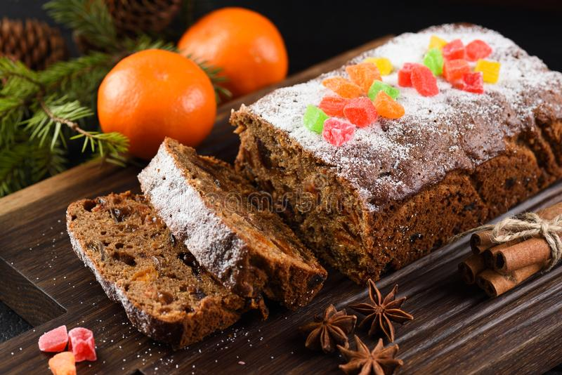 Свеже подпертый торт плодоовощ с изюминками, черносливами и высушенным абрикосом стоковое изображение