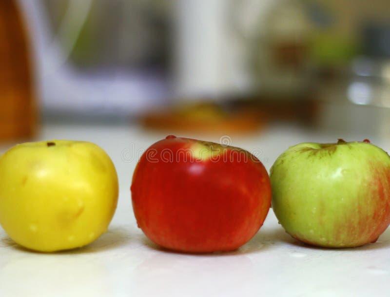 Свеже помытые яблоки в кухне изолировали съемку на дневном свете 3 стоковые фотографии rf