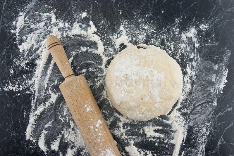 Свеже подготовленное тесто на деревянной доске Вращающая ось и мука стоковая фотография