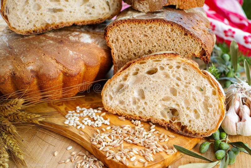 Свеже самонаведите испеченный хлеб сказанный по буквам sourdough и традиционная итальянка стоковое фото