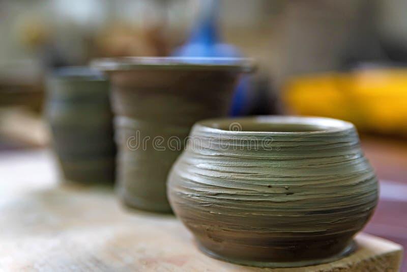 Свеже сделанные вазы глины в мастерской гончарни стоковая фотография rf