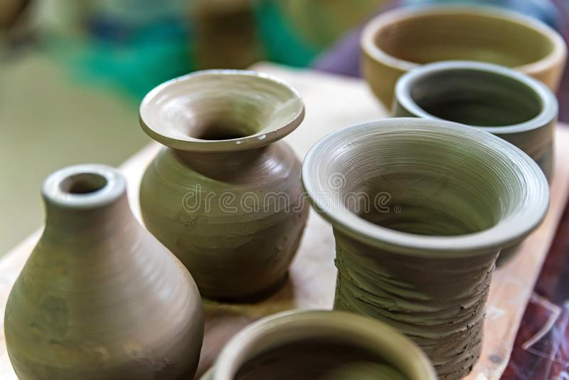 Свеже сделанные вазы глины в мастерской гончарни стоковое изображение