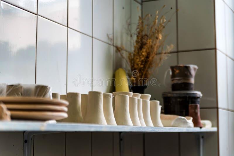Свеже сделанные вазы глины в мастерской гончарни стоковые фото