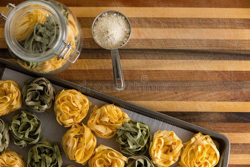 Свеже сделанные высушенные макаронные изделия fettuccine с мукой стоковые фото