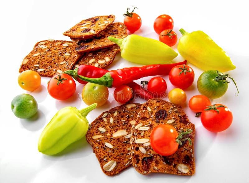 Свеже сжатые овощи и еда частей хлеба мульти-зерна здоровая на белой предпосылке стоковые фото