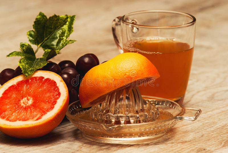 Свеже сжиманный сок от естественных плодоовощей стоковые фото