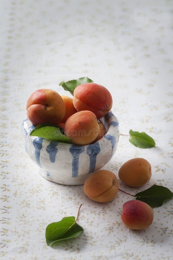 Свежие абрикосы в шаре стоковые изображения
