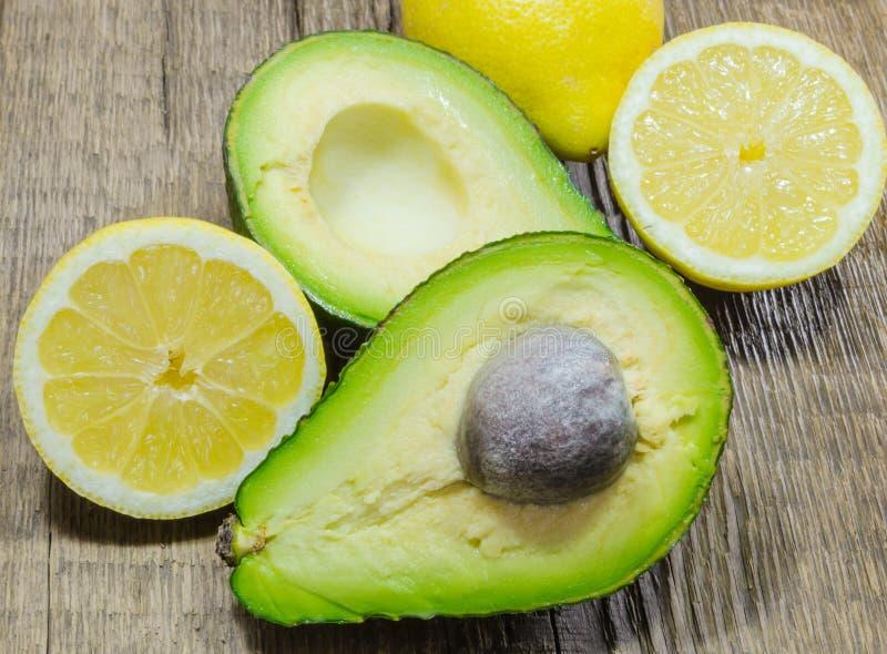 Свежие авокадо и лимон отрезали в половине a стоковое изображение