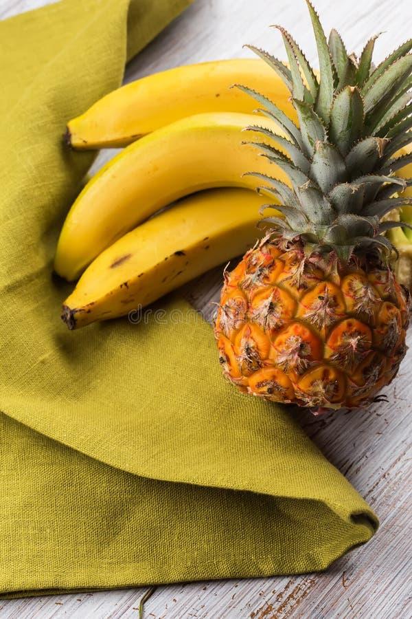 Свежие ананас и бананы стоковая фотография