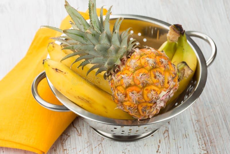 Свежие ананас и бананы стоковая фотография rf