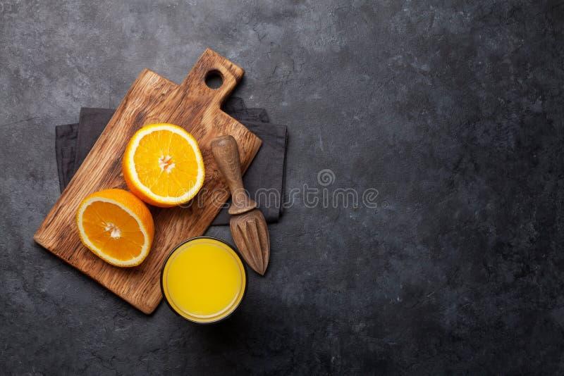 Свежие апельсиновый сок и апельсины стоковое фото