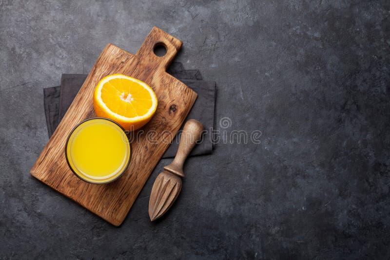 Свежие апельсиновый сок и апельсины стоковые изображения rf