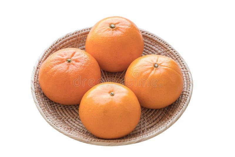 Свежие апельсины в корзине на предпосылке изолята белой стоковые изображения rf
