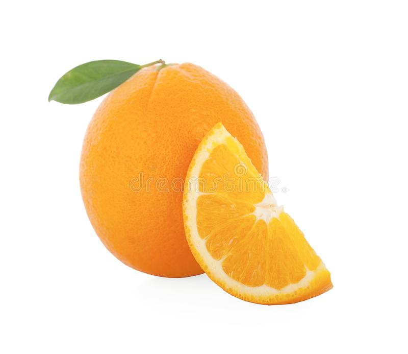 Свежие апельсины и листья изолированные на белой предпосылке стоковые изображения