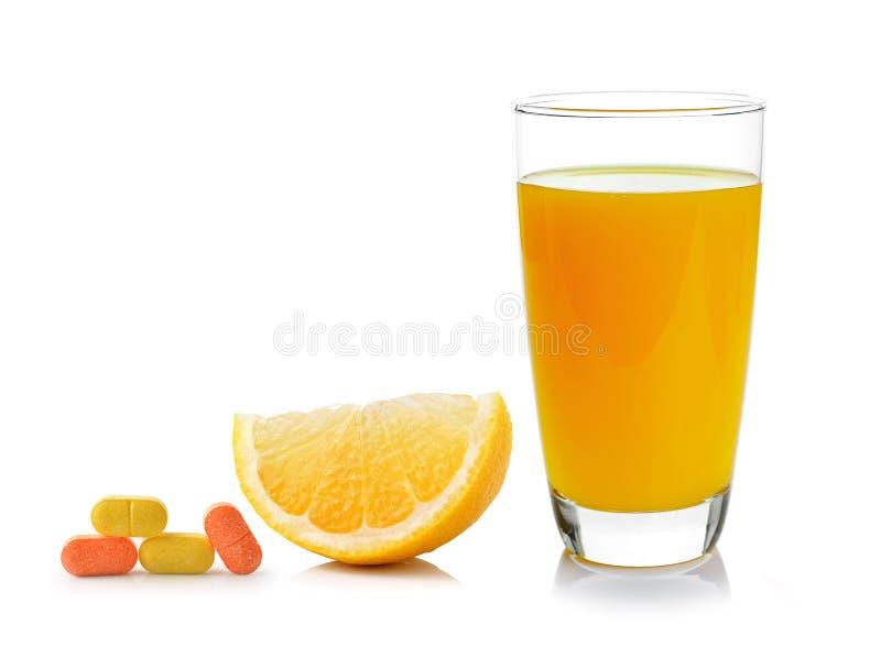 Свежие апельсин и стекло с соком и Витамином C стоковые изображения