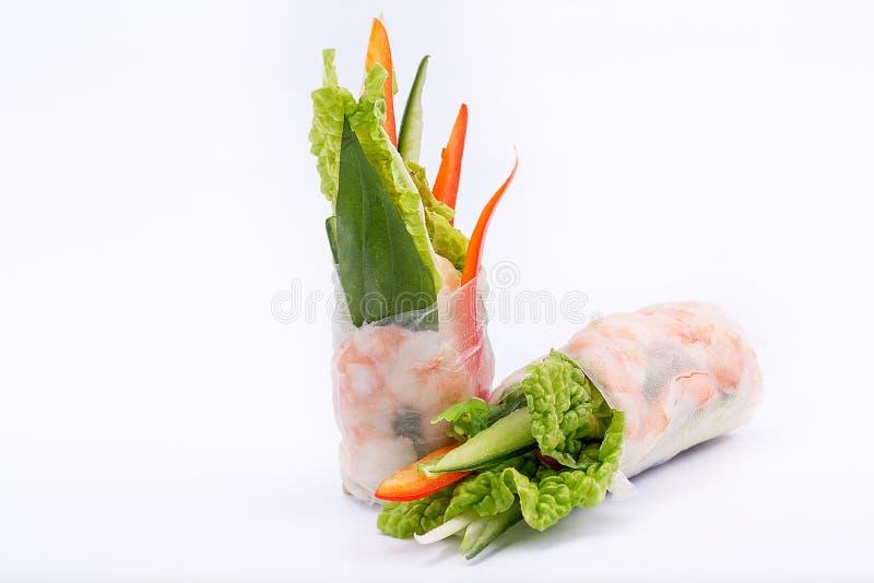 Свежие аппетитные блинчики с начинкой с креветками на белой предпосылке стоковое фото rf