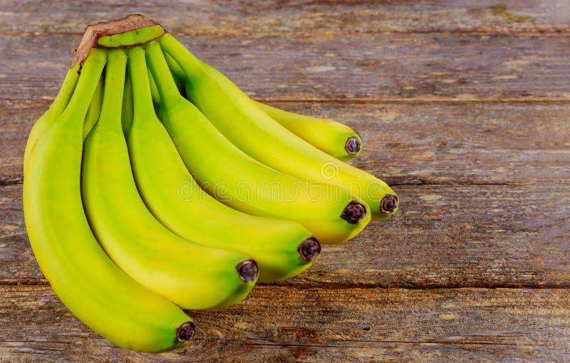 Свежие бананы на деревянном столе стоковая фотография rf