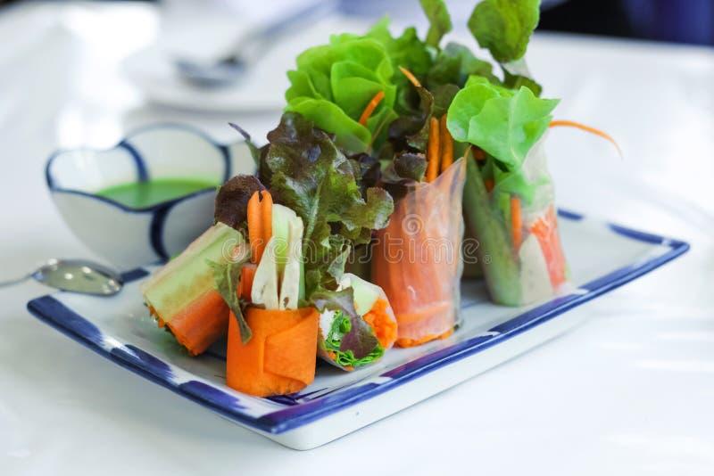 Свежие блинчики с начинкой или крены салата сделанные с свежим овощем, ручкой краба и въетнамской рисовой бумагой, стоковая фотография