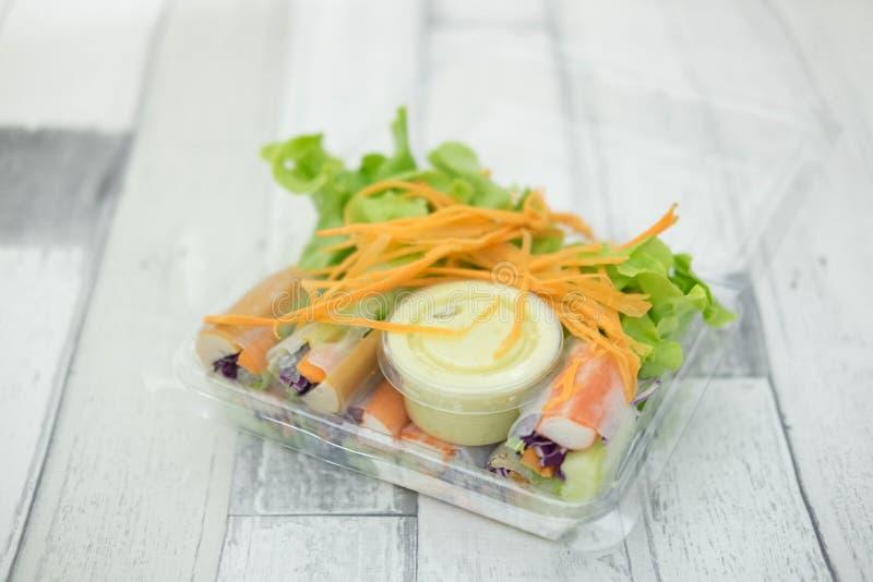 Свежие блинчики с начинкой с ручкой свежего овоща и краба стоковое изображение rf