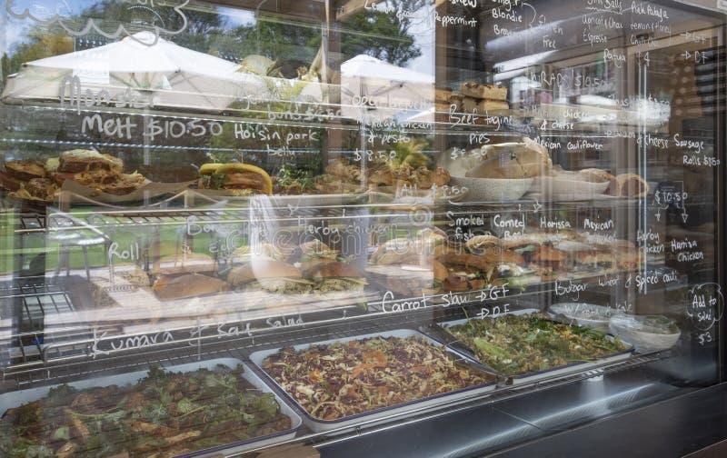 Свежие блюда в шкафу для дисплеев стоковые изображения rf
